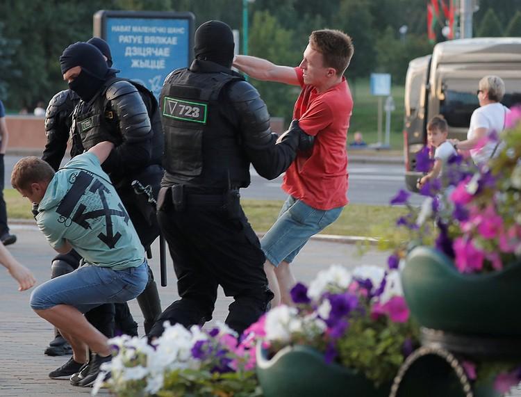 Задержание молодых людей в центре столице Беларуси.