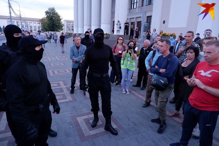 Люди не применяют силу и стараются разговаривать с правоохранителями, призывая их задуматься о происходящем.