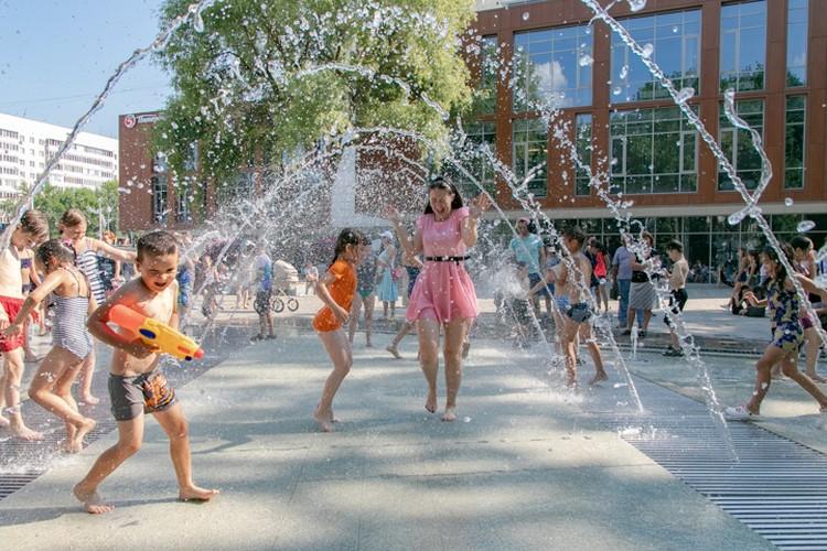 Новый фонтан в Уфе стал популярным местом для детей и взрослых