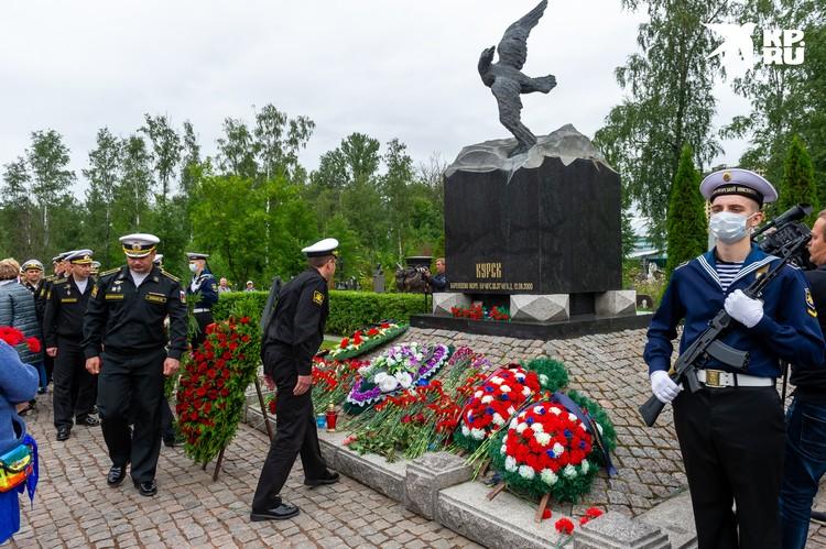 Сослуживцы погибших моряков тоже пришли сегодня на кладбище
