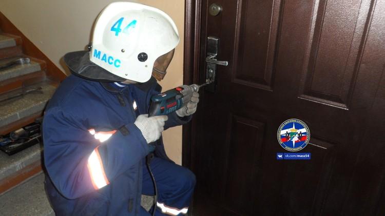 Спасатели во втором часу ночи помогли матери попасть в квартиру. Фото: МАСС.