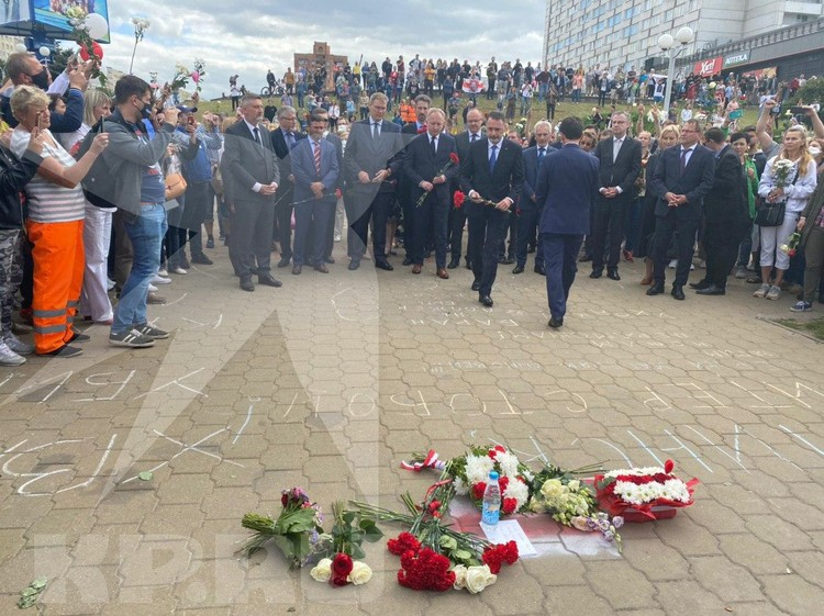 Послы иностранных государств возложили цветы в Минске к стихийному мемориалу на площади Крутицкого, где во время беспорядков погиб человек.