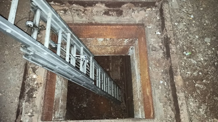 Спасатели опустились в колодец по лестнице. Фото: предоставлено очевидцами