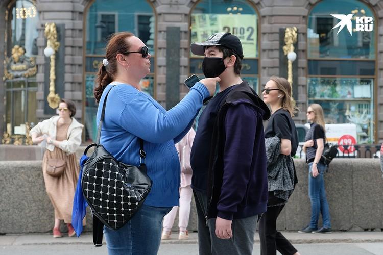Да и в Петербурге ношение масок в общественных местах по-прежнему необходимо.