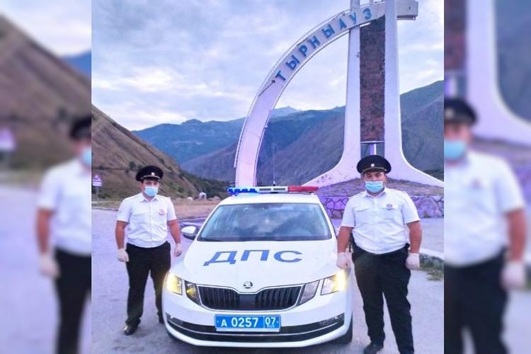 А в этой истории девушке помогли лейтенант полиции Аслан Гедгафов и Азамат Бесланеев. Фото: МВД КБР.