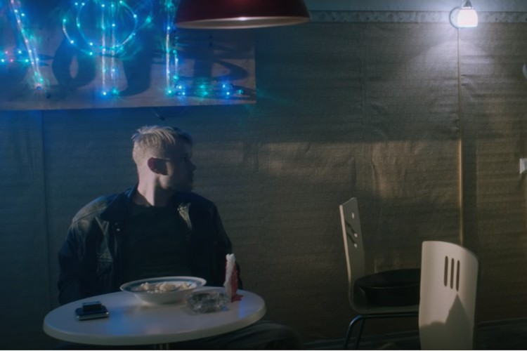 Кадр из фильма «Трудности перехода» (2018), режиссёр – Алёна Корчагина, творческое объединение «Петротрэшъ».