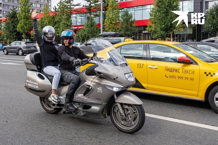 Корреспондент «Комсомолки» прокатилась по Москве с гидом на байке