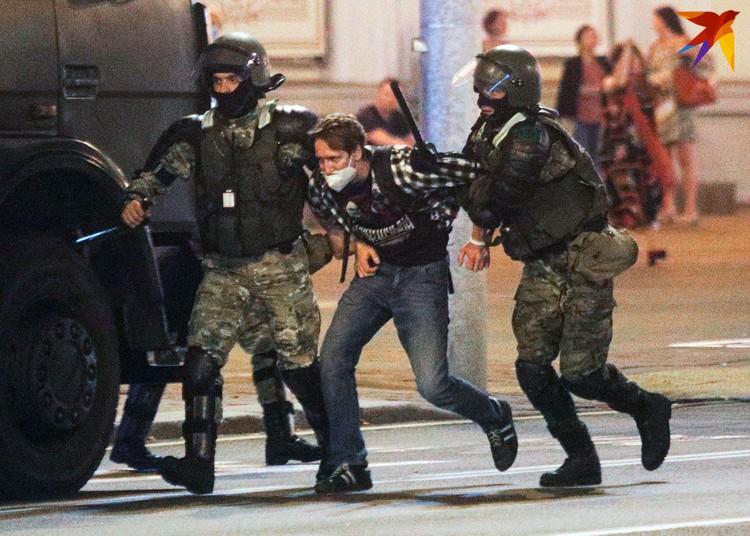 Спецназ внутренних войск задержал митингующего.