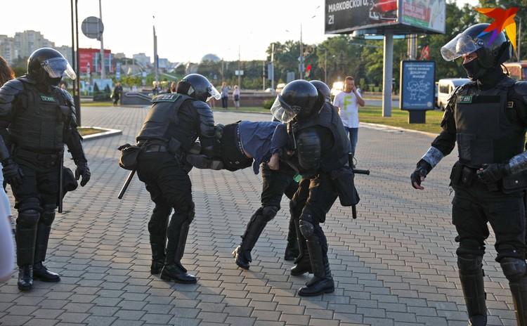 ОМОН задержал протестующего.
