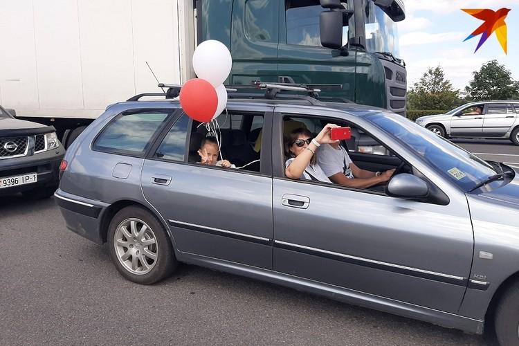 Автомобилисты были тоже солидарны с протестующими: они сигнали, обозначали себя шарами, цветами, лентами, флагами, а кого нет - махали марлевыми повязками.