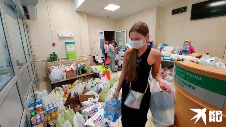 Минчане несли воду, фрукты, еду и средства гигиены для пациентов из изолятора на Окрестина.