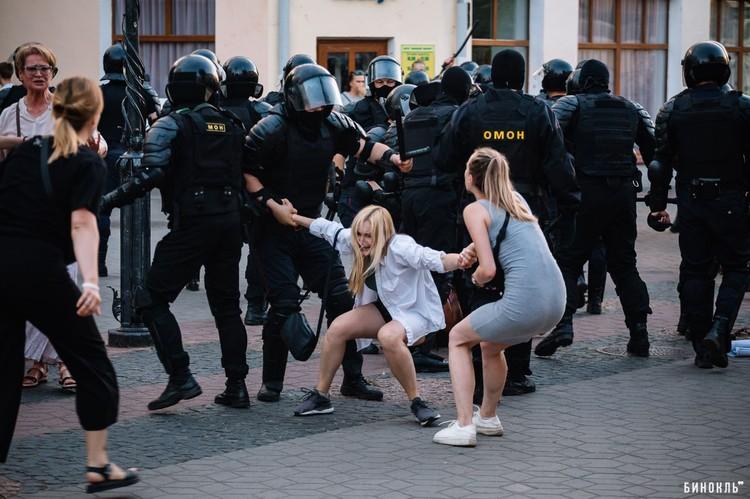 Брест, задержания мирных граждан. Фото: Роман ЧМЕЛЬ, городской журнал «Бинокль»