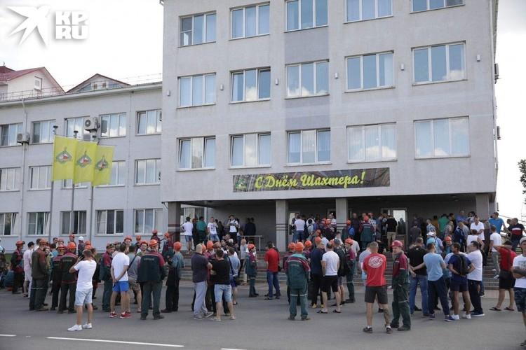Причем рабочие собирают подписи, и в пять-шесть часов вечера по местному времени они передадут петиции с объявлением забастовки руководству.
