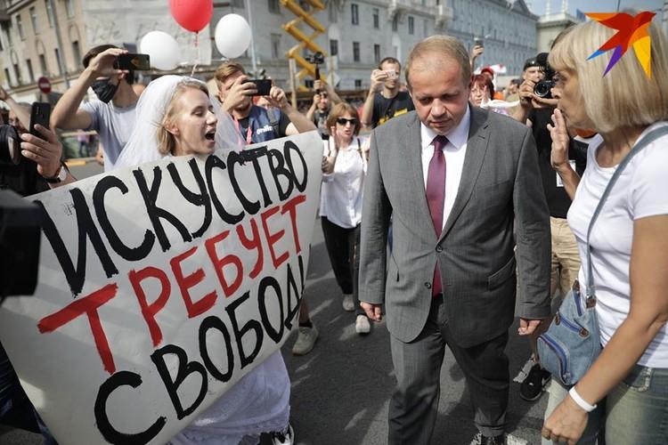 У Купаловского театра министра встречала недовольная толпа.