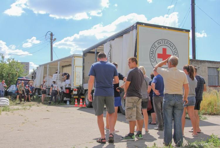 Флоранс Жиллет посетила раздачу гуманитарной помощи в поселке Октябрьский в Куйбышевском районе Донецка