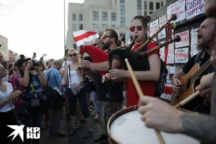 Можно увидеть поющие, танцующие, рисующие протесты
