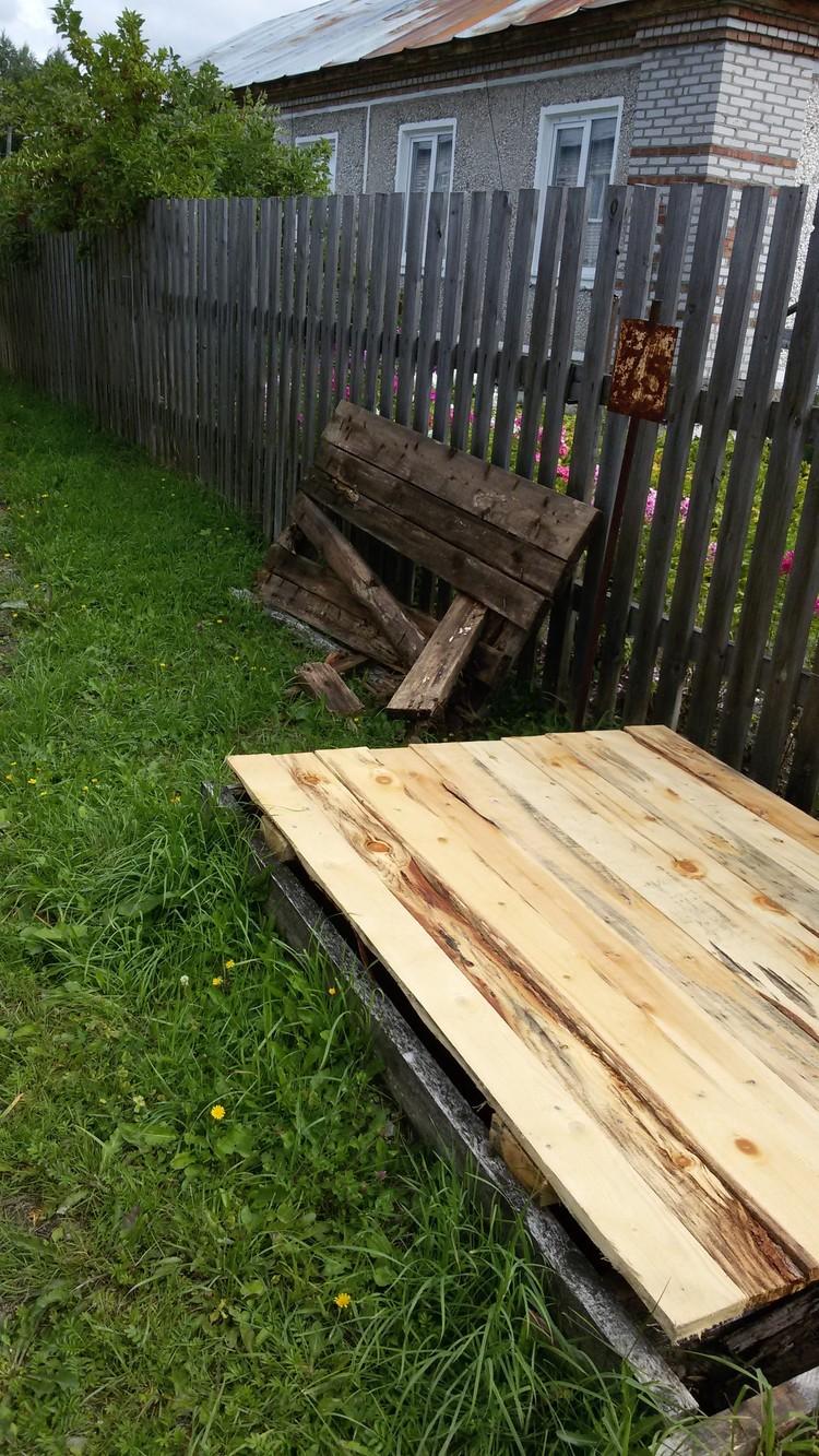 Новую крышку поставили, а остатки старой бросили на месте.