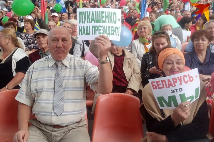 "Люди держали таблички ""Лукашенко - наш президент""."
