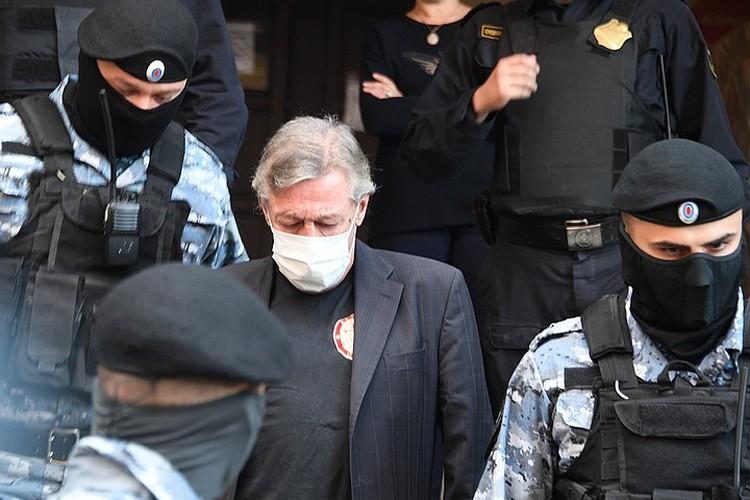 За судом по делу Михаила Ефремова, которого обвиняют в пьяном ДТП с погибшим, следит вся страна