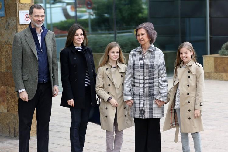 Король Испании Филипп VI, королева Летиция, королева София и дочери Филиппа