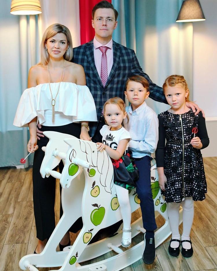 Дарья Иванова с детьми и мужем. Фото — личный архив.