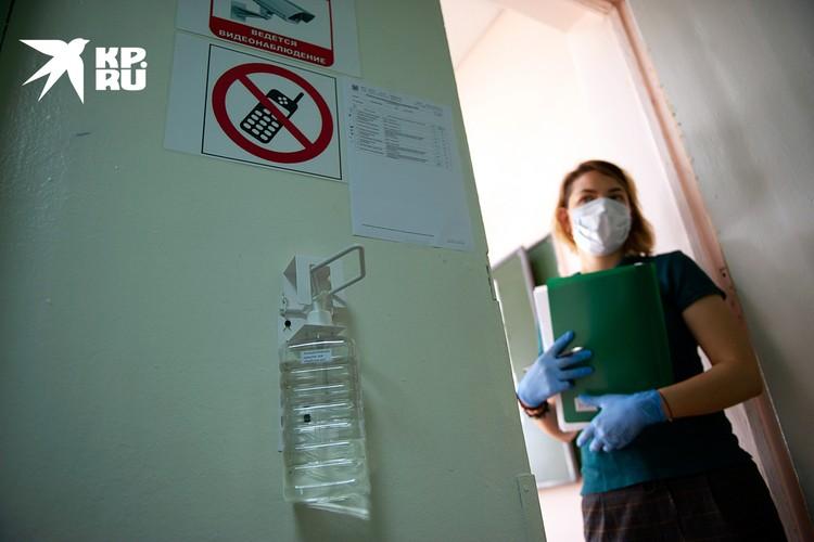 Помимо уже привычной дезинфекции и термометрии, школам предстоит открыть эвакуационные и запасные входы