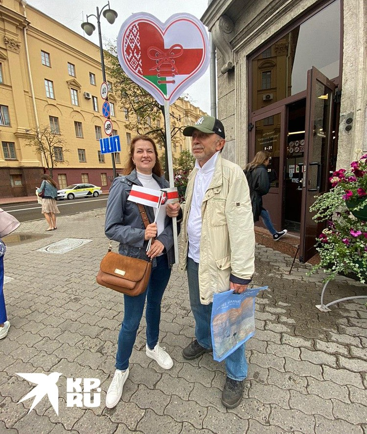 Флаги сторонников и противников Лукашенко на одном транспоранте