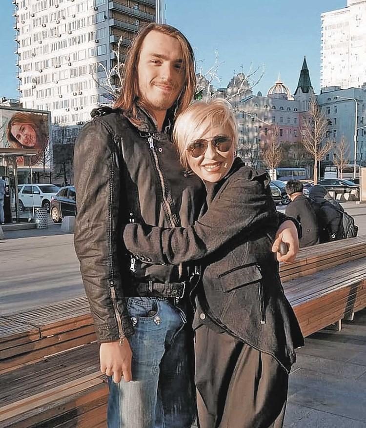 У артистки остались двое детей - 29-летняя Анетта и 19-летний Матвей.