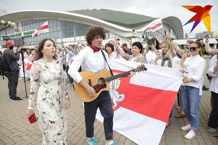Поддержать митингующих, несогласных с результатами выборов, пришли белорусские певцы.
