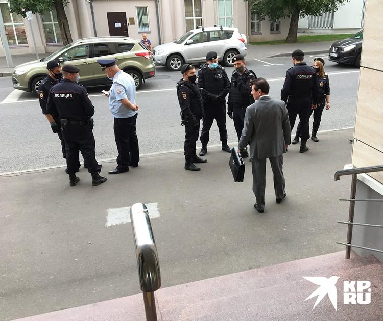 Ожидалось, что к суду придет большая группа поддержки сестер - к зданию согнали полицию. Но полтора десятка активистов никаких хлопот не доставили.