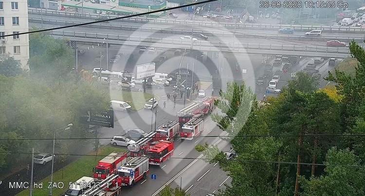 Из-за пожара на улице Кубинка, движение в районе ЧП перекрыто. Фото: Дептранс Москвы