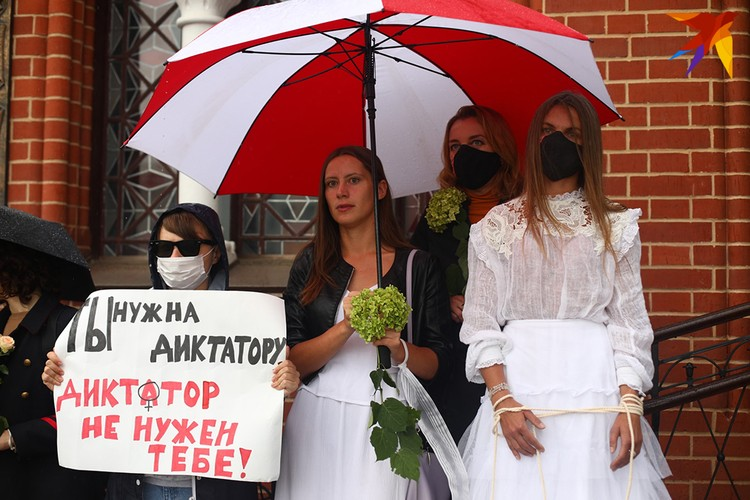 Несмотря на начавшийся дождь, цепочка солидарности простояла около костела около часа.