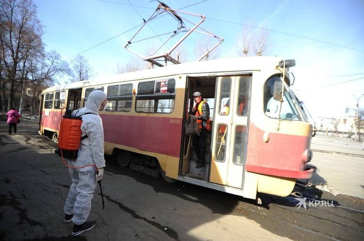 После начала пандемии общественный транспорт Екатеринбурга начали обрабатывать дезинфицирующим раствором.