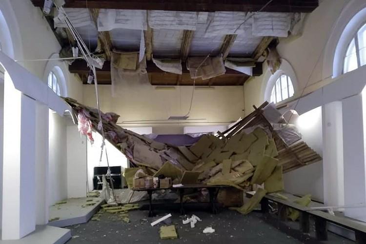 В прошлом году в Здании Манежа усадьбы Голицыных основательно рухнул потолок. Фото Михаила Коробко