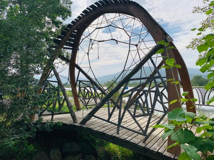 Причудливые мостики в арт-парке