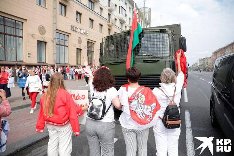 Протестующие перед машиной ОМОНа