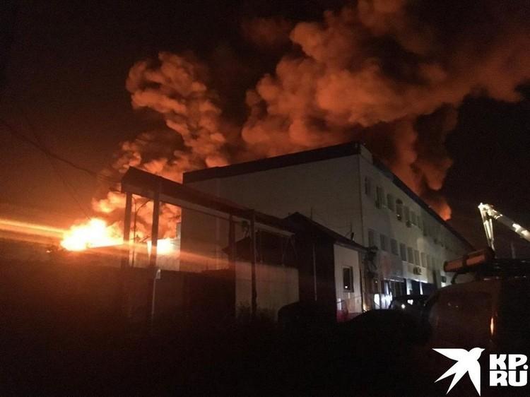 Из-за высокой температуры в здании слышны хлопки. Это взрываются шины. Фото: очевидец.