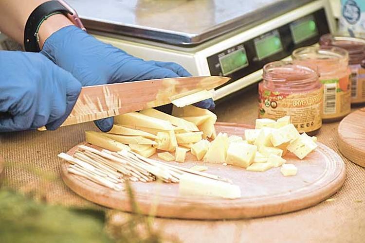 В этом году на конкурс было представлено свыше 700 образцов сыра от 170 производителей. Фото: Денис ТРУДНИКОВ