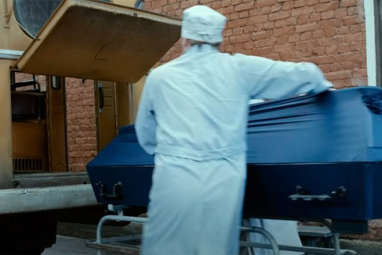 Значительная часть филмьа посвящена тому, как гроб с телом Виктора Цоя везут из Латвии в Ленинград. Фото: кадр из филмьа