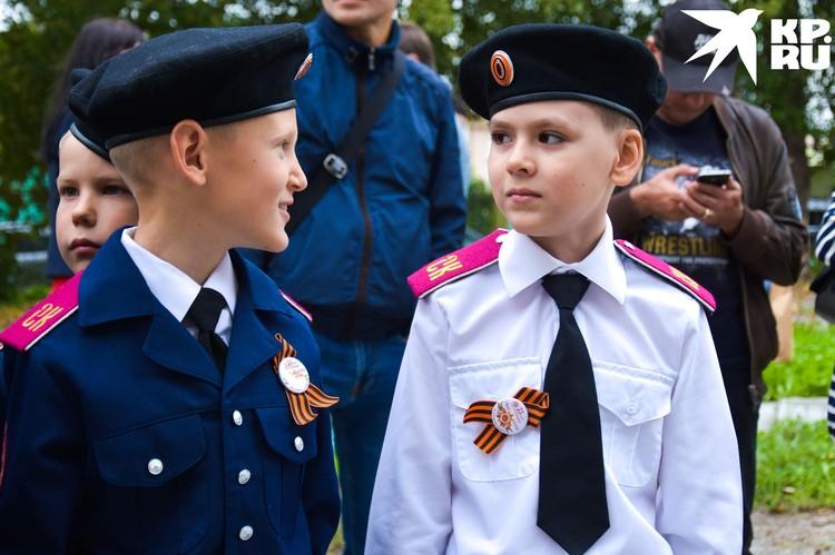 Второклассник Глеб (справа) мечтает стать адмиралом.