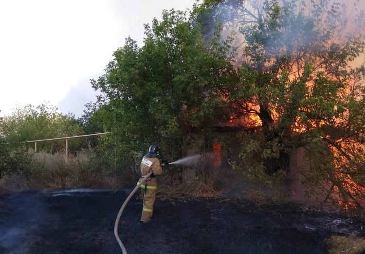 Повреждены десятки строений. Фото: ГУ МЧС России по РО.