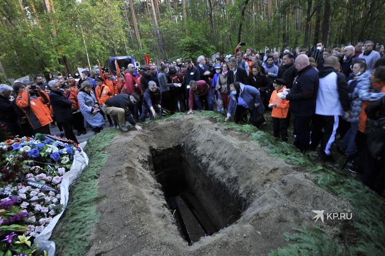 Пришедшие проститься с писателем, по обычаю бросили в могилу горсти земли.