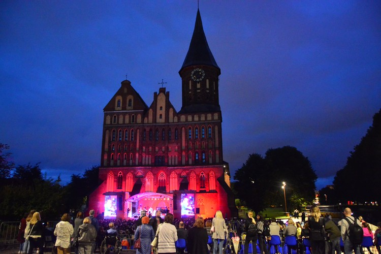 Во время концерта включили новую подсветку собора.