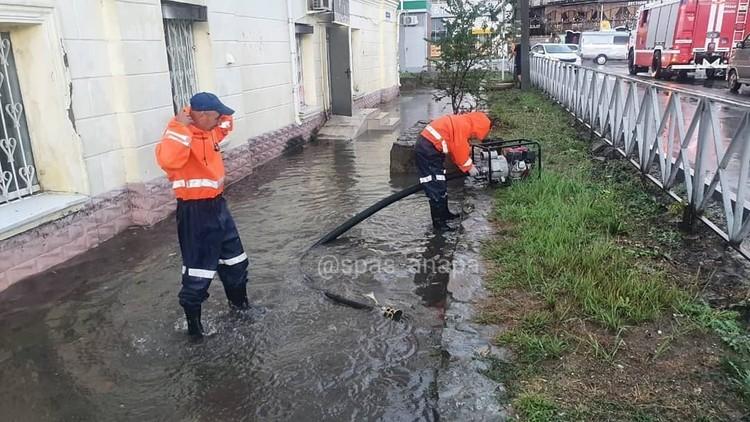 """Спасатели Анапы откачивают воду с улиц. Фото: МБУ """"Служба Спасения"""" Анапы"""