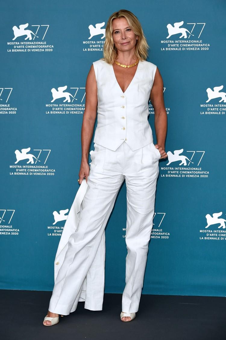 Для фотоколла Юлия переоделась в белый костюм.