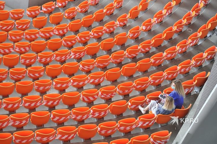 Девушки на стадионе Екатеринбург-арена во время Первого матча посте снятия ограничений по Covid-19.