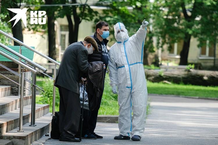 Сотрудник Мариинской больницы в Санкт-Петербурге с выписанным пациентом, переболевшим Covid-19.