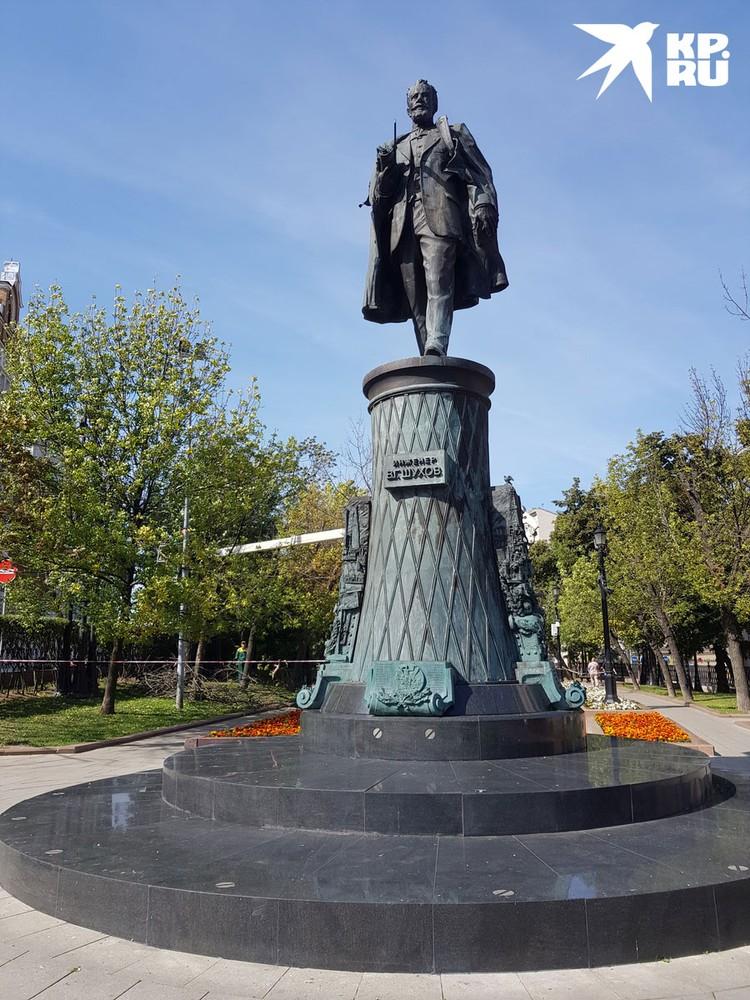 Памятник инженеру Владимиру Шухову на Тургеневской площади начнут реставрировать этой осенью.