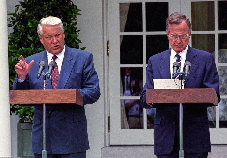 Президенты России и США Борис Ельцин и Джордж Буш после переговоров в Вашингтоне, 1992 г.