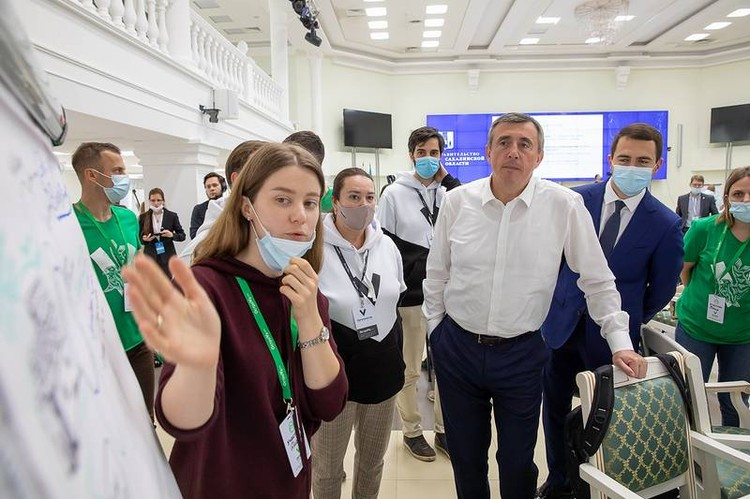 Валерий Лимаренко пообщался с участниками форума «ОстроVа-2020» и пожелал им быть сильными, ведь именно им дальше двигать экономику регионов и всей страны вперед. Фото: sakhalin.gov.ru